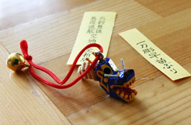 ヒバ製の一刀彫のストラップ(800円)