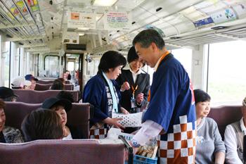 トレインアテンダントと一緒に津軽鉄道の旅