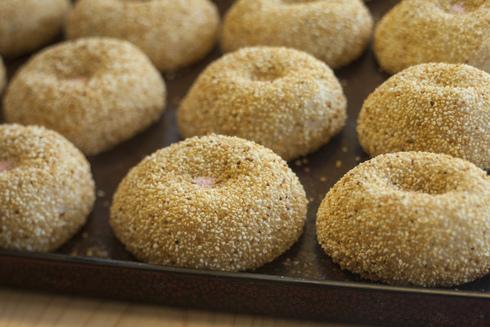 お米で作った餅に、お米をトッピングした津軽特有の「あさか餅」