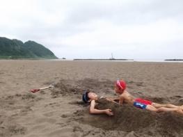 砂に埋まって、夏バテ解消!