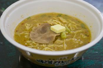 カップ麺「味噌カレーミルクラーメン」4