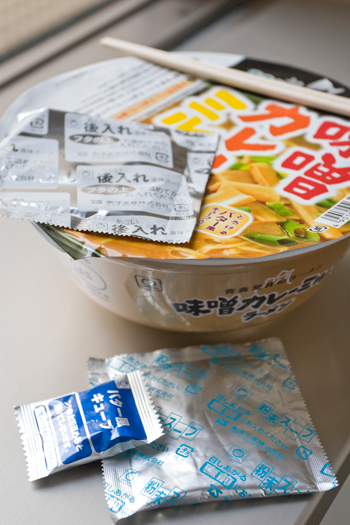 カップ麺「味噌カレーミルクラーメン」2