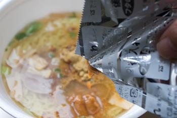 カップ麺「味噌カレーミルクラーメン」3
