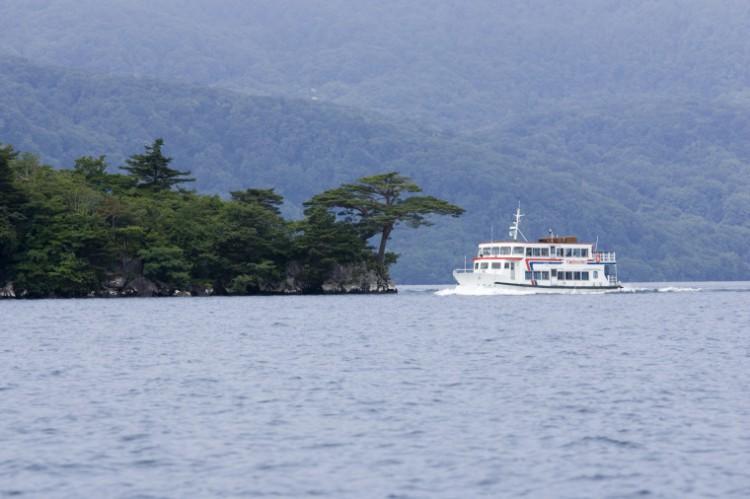 軽やかな調べでおもてなし!十和田湖遊覧船お見送り隊が活動中