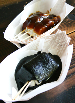 弘前 五重塔の下 銅屋町の「うちわ餅」