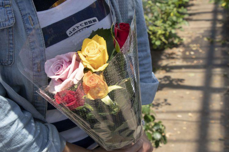 5本のバラでキレイな花束ができました