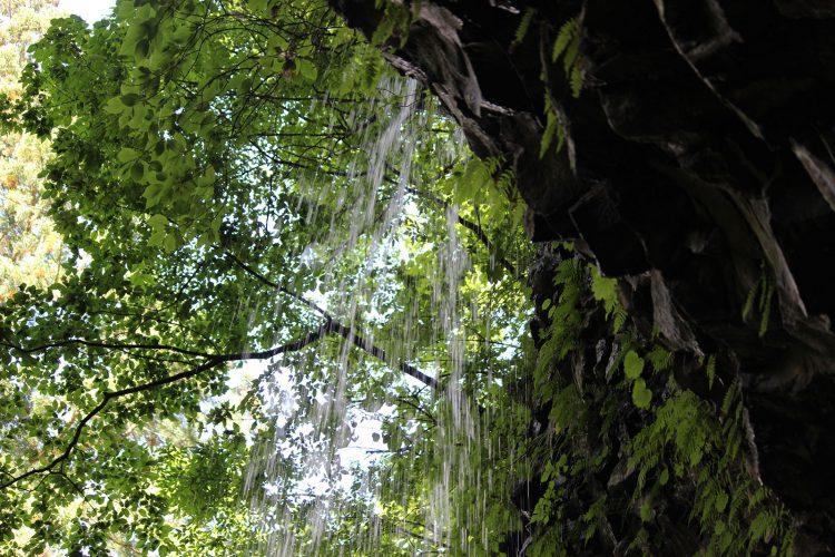 乳穂ケ滝を裏側から撮影