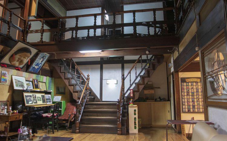 新むつ旅館_Y字階段