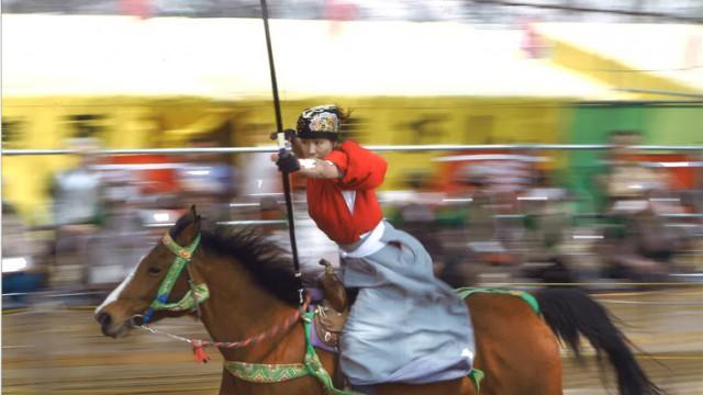 満開の桜の下、疾走する女流騎手にチューモク!【桜流鏑馬】