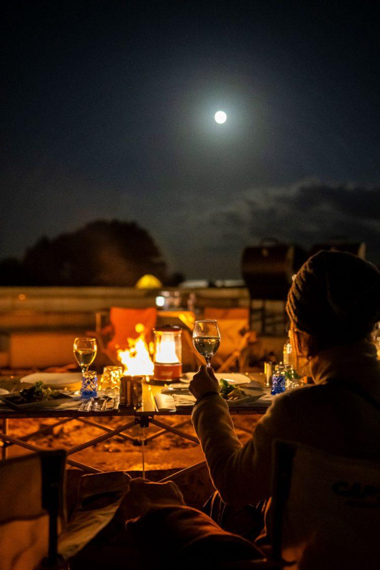 月明かりの下でのディナー