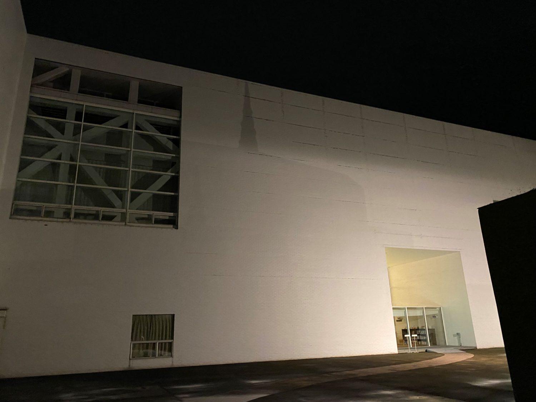 建物に映る影